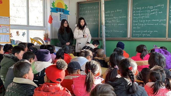 """云账户""""不忘初心—扶贫主题教育活动""""之谢家咀村小学课外辅导,引导小朋友总结学习经验、开阔眼界视野,激励上进。"""